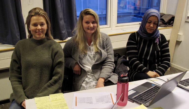 Caroline Wang, Arna Sætherø and Somaye Maher is working with sustainability knowledge amongst NTNU students. Photo: Vilde Øines Nybakken.