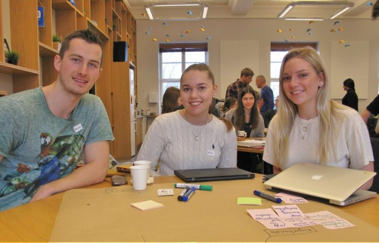 Martin Dedekam Sveen, Anna Grimsmo Haug and Sara Edvardsen is one of the student teams engaged in the future of hospital operating rooms.
